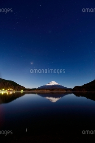 精進湖より望む月光に照らされる夜の富士山と逆さ富士の写真素材 [FYI01803064]