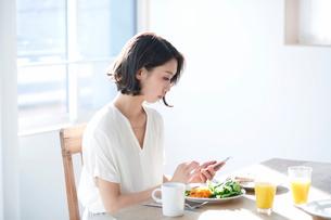 スマートフォンをみる女性の写真素材 [FYI01803067]