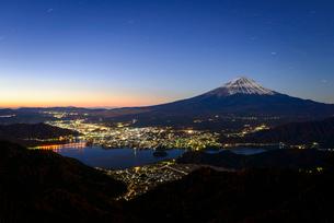 新道峠より望む夜明けの富士山と河口湖の夜景の写真素材 [FYI01803069]