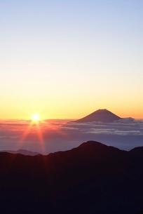 南アルプス 赤石岳より望む雲海越しのご来光と富士山の写真素材 [FYI01803077]