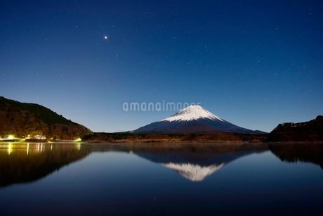 精進湖より望む月光に照らされる夜の富士山と逆さ富士の写真素材 [FYI01803085]
