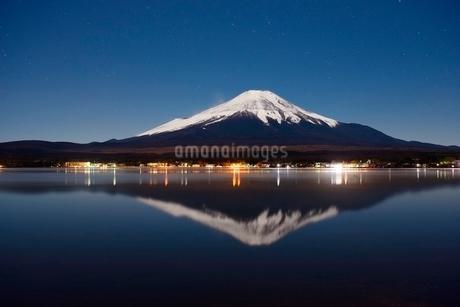山中湖より望む月光に照らされる夜の富士山と逆さ富士の写真素材 [FYI01803088]