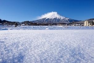 富士吉田市より望む富士山と雪景色の写真素材 [FYI01803089]