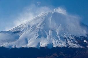 御殿場市より望む富士山の斜面と雪煙の写真素材 [FYI01803090]