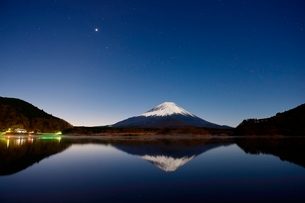精進湖より望む月光に照らされる夜の富士山と逆さ富士の写真素材 [FYI01803104]