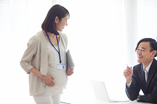 仕事をする妊婦女性と男性の写真素材 [FYI01803120]