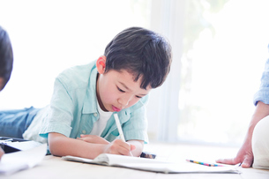 ペンを持つ男の子と母親の写真素材 [FYI01803127]