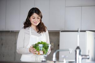 料理を作る女性の写真素材 [FYI01803128]