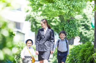 学校へ行く子供たちと母親の写真素材 [FYI01803138]