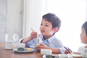 料理を食べる男の子の写真素材 [FYI01803140]