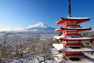 降雪後の新倉山浅間公園より望む忠霊塔と富士山の写真素材 [FYI01803146]