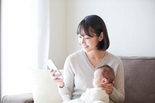 赤ちゃんを抱っこする母親と赤ちゃんの写真素材 [FYI01803162]