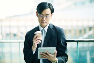タブレットPCを持つビジネスマンの写真素材 [FYI01803164]