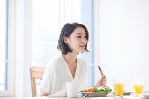 食事をする女性の写真素材 [FYI01803180]
