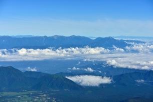 富士山山頂より望む夏の南アルプス北部と雲海の写真素材 [FYI01803188]