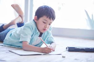 ペンを持つ男の子の写真素材 [FYI01803195]