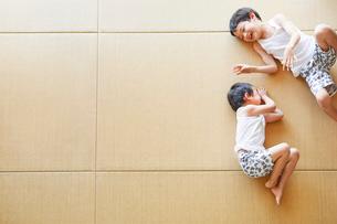 畳に寝転がる男の子の写真素材 [FYI01803214]