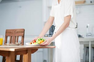 食事の準備をする女性の写真素材 [FYI01803215]