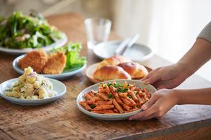 食卓に料理を並べる女性の写真素材 [FYI01803216]