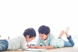 ペンを持つ男の子の写真素材 [FYI01803221]