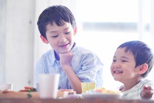 料理を食べる男の子の写真素材 [FYI01803223]