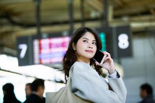 電車を待つ女性の写真素材 [FYI01803230]