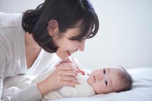 赤ちゃんと赤ちゃんをあやす母親の写真素材 [FYI01803240]