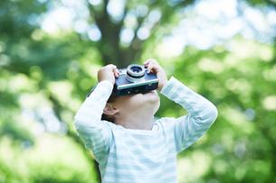カメラを持つ男の子の写真素材 [FYI01803248]