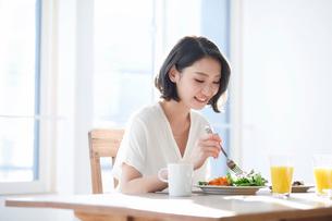 食事をする女性の写真素材 [FYI01803254]