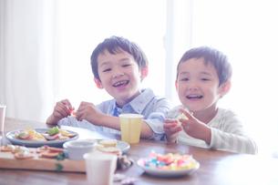 料理を食べる男の子の写真素材 [FYI01803264]