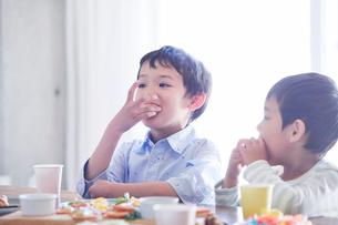 料理を食べる男の子の写真素材 [FYI01803269]