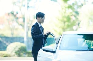 車とビジネスマンの写真素材 [FYI01803278]