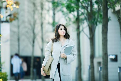 ビルの前を歩く女性の写真素材 [FYI01803281]