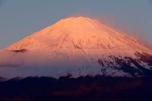 御殿場市より望む朝日を浴びた紅富士の写真素材 [FYI01803283]