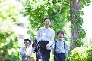 学校へ行く子供と母親の写真素材 [FYI01803288]