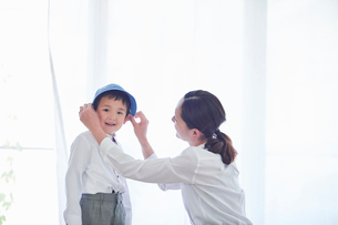 身支度をする親子の写真素材 [FYI01803290]