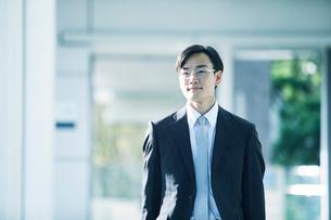 歩くビジネスマンの写真素材 [FYI01803299]