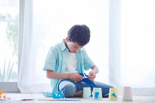 工作をする男の子の写真素材 [FYI01803315]