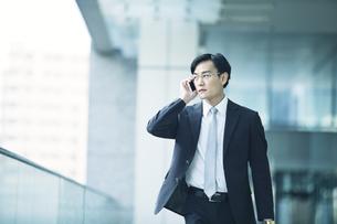 歩くビジネスマンの写真素材 [FYI01803318]