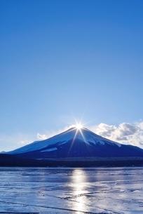 山梨県 山中湖より望むダイヤモンド富士の写真素材 [FYI01803320]
