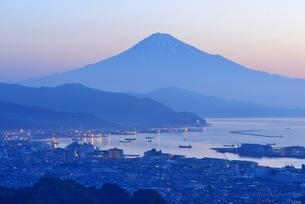 日本平より望む夜明けの富士山の写真素材 [FYI01803333]