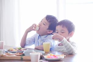 料理を食べる男の子の写真素材 [FYI01803334]