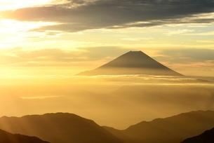 朝日に染まる富士山 南アルプス 塩見岳よりの写真素材 [FYI01803340]