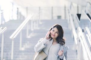 スマートフォンを持つビジネスウーマンの写真素材 [FYI01803341]