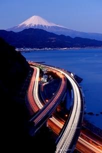 薩た峠より望む富士山と道路を走る車の光跡の写真素材 [FYI01803351]