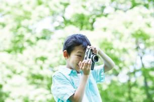 カメラを持つ男の子の写真素材 [FYI01803359]