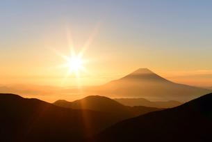 小河内岳より望む富士山とご来光2の写真素材 [FYI01803362]