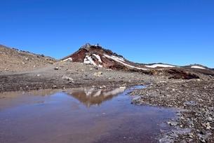 富士山山頂 コノシロ池に映る剣ヶ峰の写真素材 [FYI01803368]