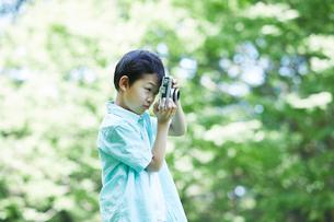 カメラを持つ男の子の写真素材 [FYI01803375]