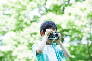 カメラを持つ男の子の写真素材 [FYI01803376]